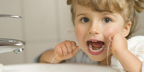 tre-em-dTrẻ em dùng chỉ nha khoa được không?ung-chi-nha-khoa-duoc-khong