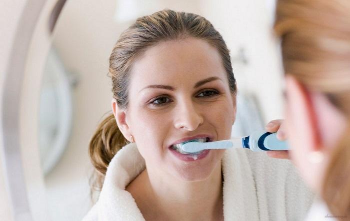 cách chăm sóc răng sau khi tẩy trắng bằng máng tẩy